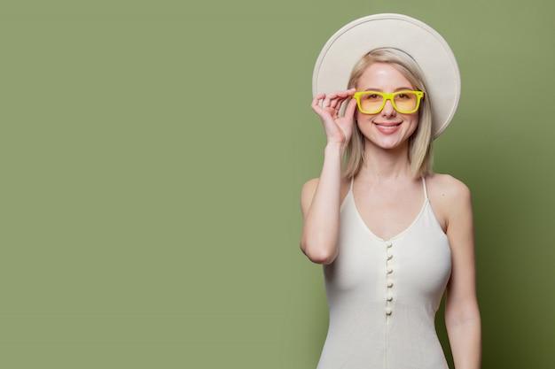 Linda loira de óculos e chapéu branco