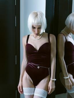 Linda loira em lingerie vintage sexy. conceito de encontro romântico
