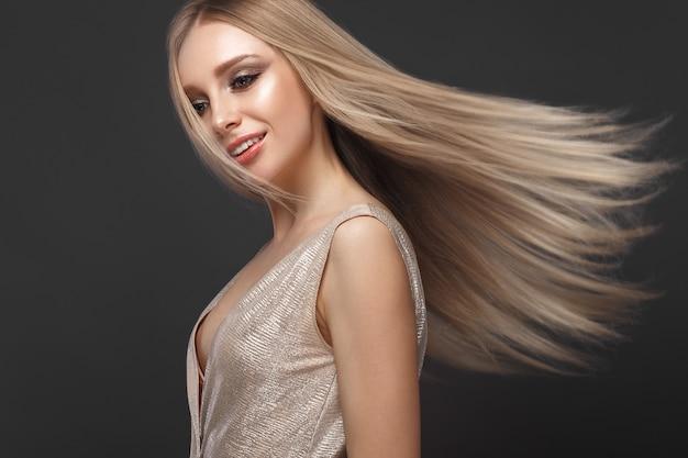 Linda loira em movimento com um cabelo perfeitamente liso e maquiagem clássica