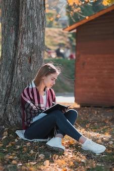 Linda loira, escrevendo em um caderno