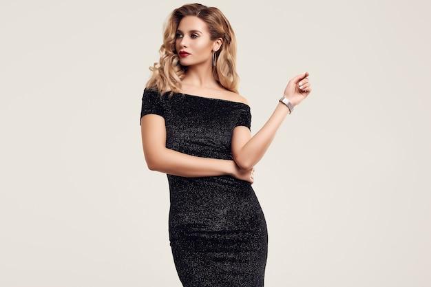Linda loira sensual elegante vestindo moda vestido preto