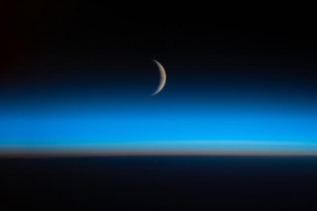 Linda lua ao pôr do sol vista do espaço, elementos desta imagem fornecida pela nasa.