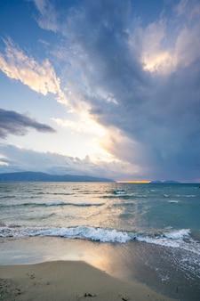 Linda luz do sol com nuvens ao pôr do sol no mar mediterrâneo