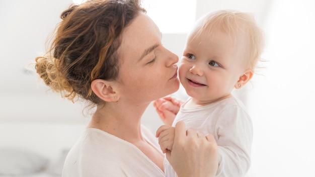 Linda mãe, aproveitando o tempo com o bebê