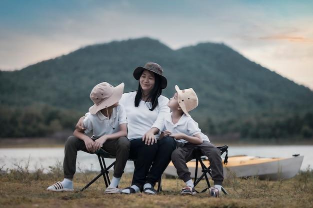 Linda mãe asiática e filho fazendo piquenique e na festa de páscoa de verão