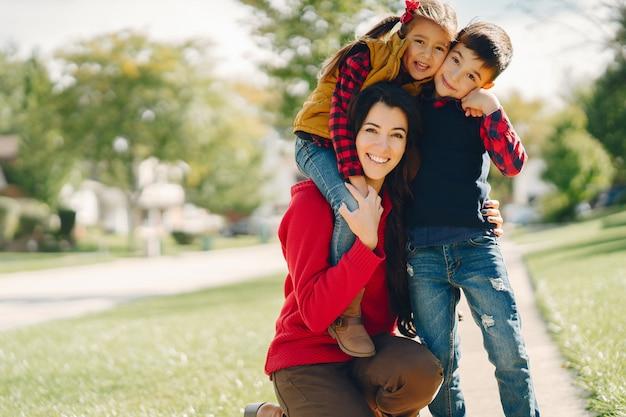 Linda mãe com crianças pequenas