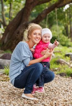 Linda mãe com filha