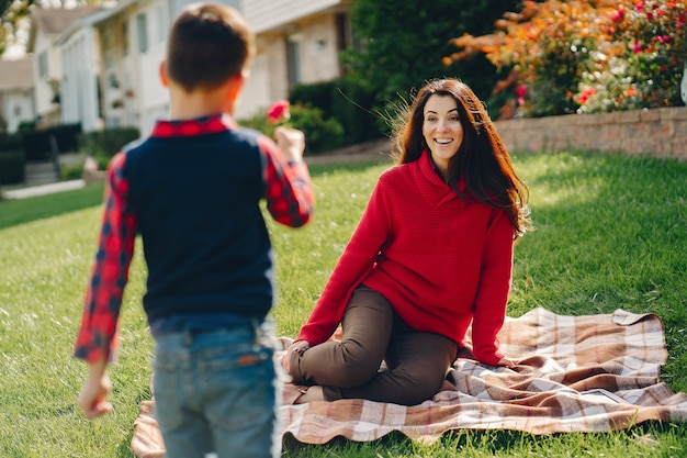 Linda mãe com filho pequeno