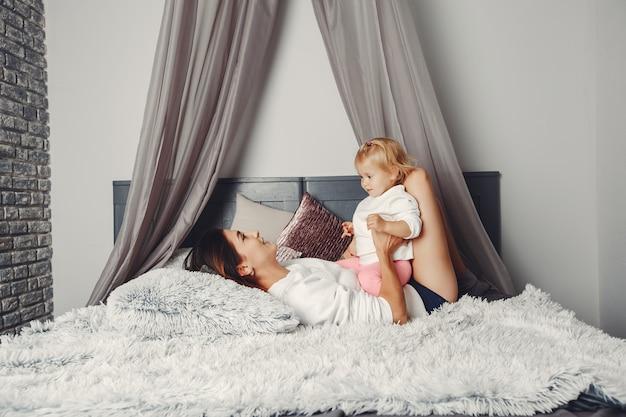 Linda mãe com uma filhinha
