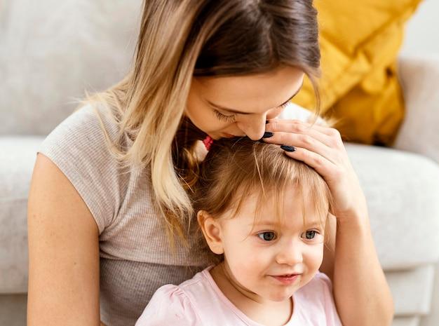 Linda mãe cuidando da filha