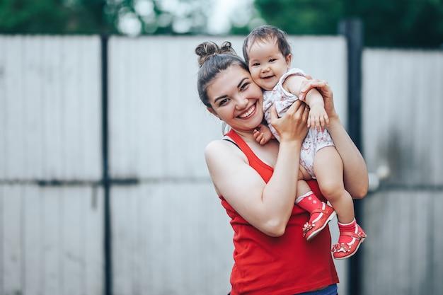 Linda mãe e bebê ao ar livre no quintal da casa