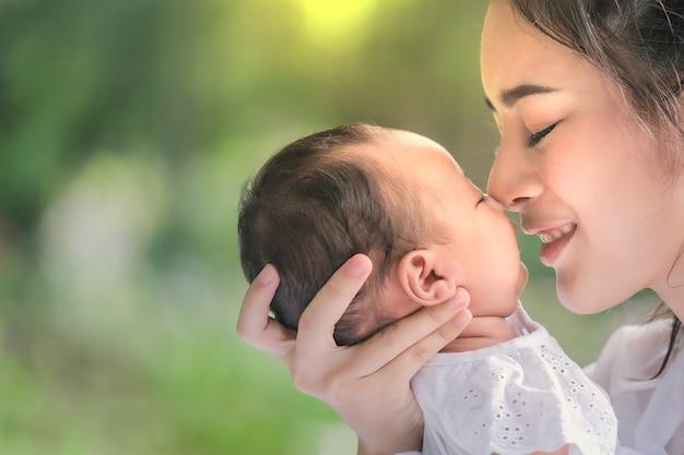 Linda mãe e bebê em um parque asiático