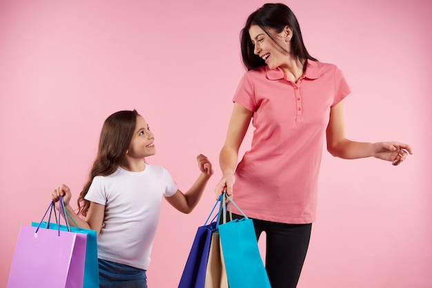 Linda mãe e filha em roupas casuais