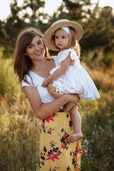 Linda mãe e filha em uma caminhada no campo