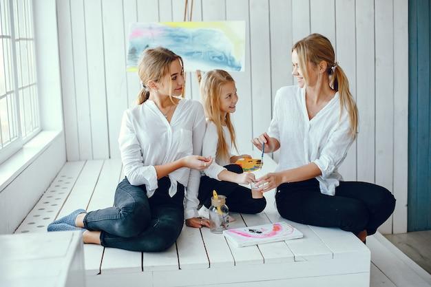 Linda mãe e filha estão desenhando