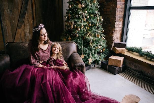 Linda mãe e filha na imagem da rainha e