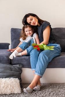 Linda mãe e filha posando juntos