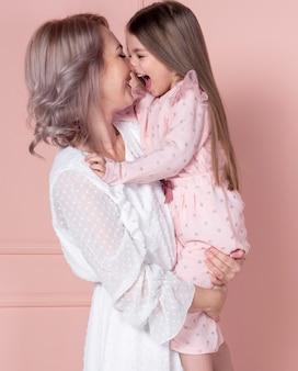 Linda mãe e filha rindo juntos
