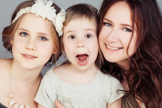 Linda mãe e filhas. meninas bonitas (3 e 10 anos)