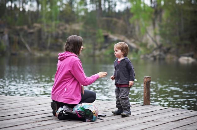 Linda mãe e seu lindo filho caminhando no parque