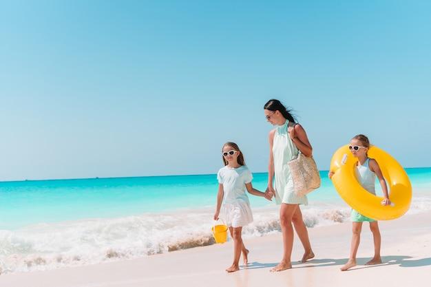 Linda mãe e sua adorável filha pequena na praia