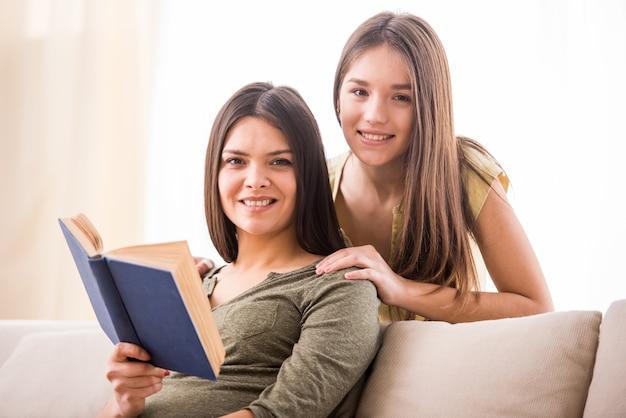 Linda mãe e sua filha adolescente fofa.