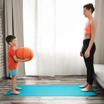 Linda mãe exercitando com seu filho