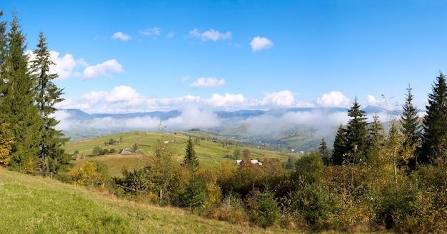 Linda manhã de outono perto da periferia da aldeia dos cárpatos (montanha dos cárpatos, ucrânia). quatro tiros costuram a imagem.