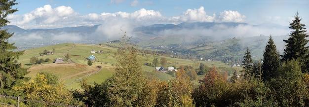 Linda manhã de outono perto da periferia da aldeia dos cárpatos (montanha dos cárpatos, ucrânia). seis tiros costuram a imagem.