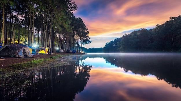 Linda manhã no lago pang ung, província de pang ung mae hong son, na tailândia.