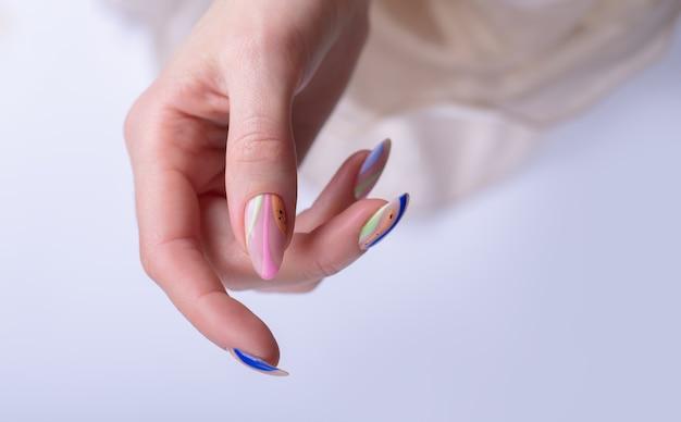 Linda manicure feminina de verão de perto
