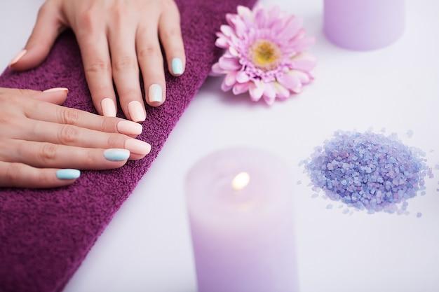 Linda manicure nas mãos.