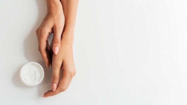 Linda manicure saudável com creme