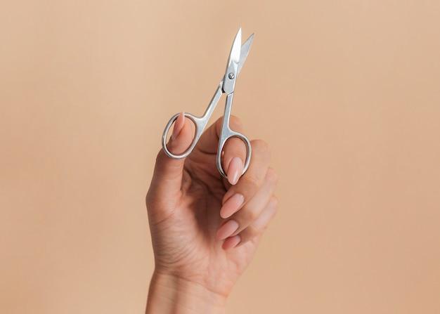 Linda manicure saudável e tesoura