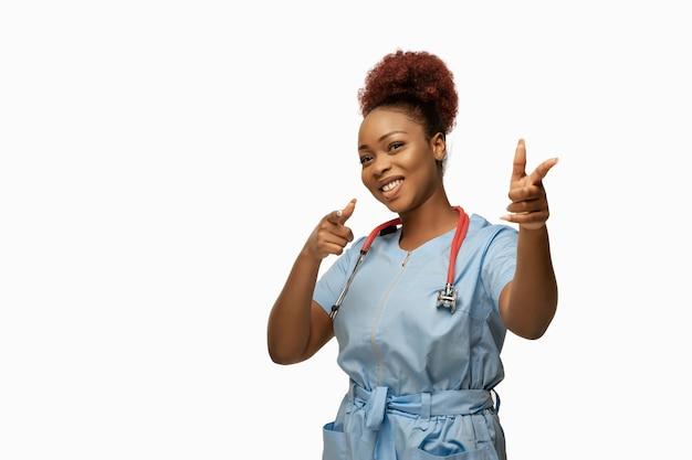 Linda médica afro-americana em branco