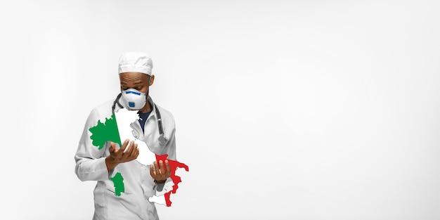 Linda médica afro-americana se preocupa com a alemanha isolada em um estúdio branco