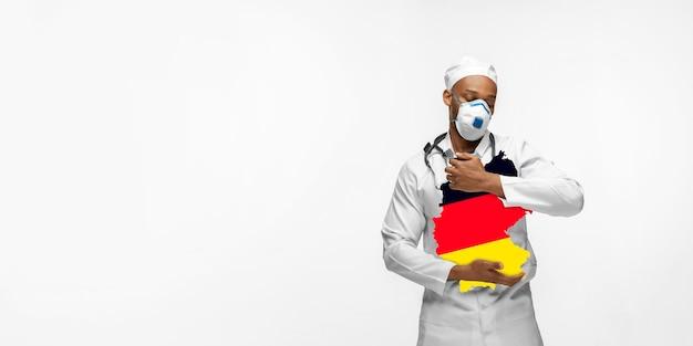 Linda médica afro-americana se preocupa com a alemanha isolada sobre o fundo branco do estúdio