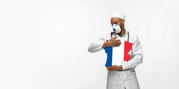 Linda médica afro-americana se preocupa com a frança sobre o fundo branco do estúdio