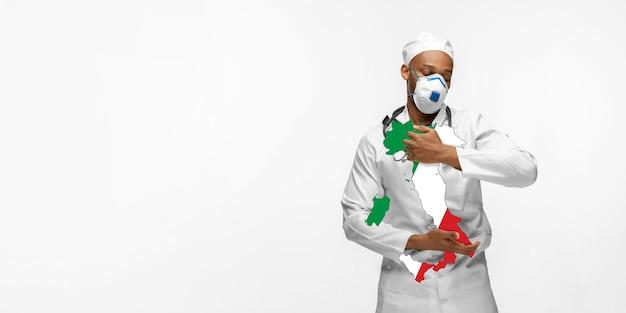 Linda médica afro-americana se preocupa com a itália sobre o fundo branco do estúdio. copyspace. conceito de saúde e medicina, cuidando, tratamento, diagnóstico durante o surto de coronavírus.