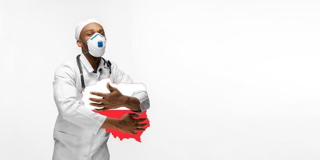 Linda médica afro-americana se preocupa com a polônia sobre o fundo branco do estúdio. copyspace. conceito de saúde e medicina, cuidando, tratamento, diagnóstico durante o surto de coronavírus.