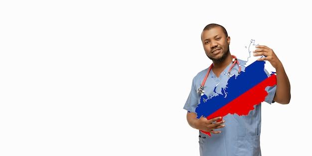 Linda médica afro-americana se preocupa com a rússia sobre o fundo branco do estúdio. copyspace. conceito de saúde e medicina, cuidando, tratamento, diagnóstico durante o surto de coronavírus.