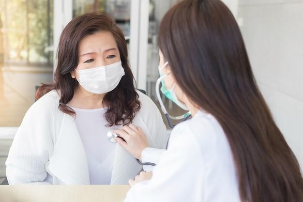 Linda médica asiática usa estetoscópio para verificar a saúde dos pulmões e do coração ou sintoma de diagnóstico