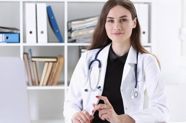Linda médica sorridente segura a área de transferência