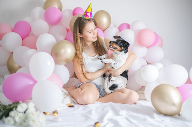 Linda menina acordou rodeada de balões no dia do aniversário com seu cachorro de estimação