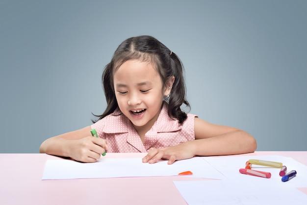 Linda menina asiática de desenho com lápis de cera
