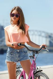 Linda menina com bicicleta