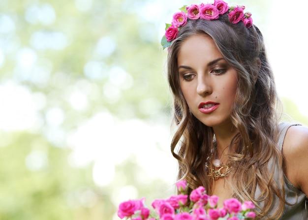 Linda menina com flores Foto gratuita