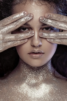 Linda menina com glitter no rosto