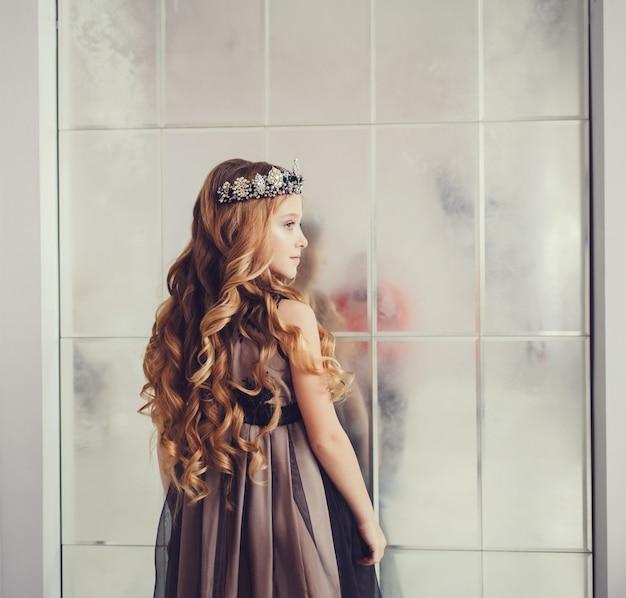 Linda menina com longa ondulada
