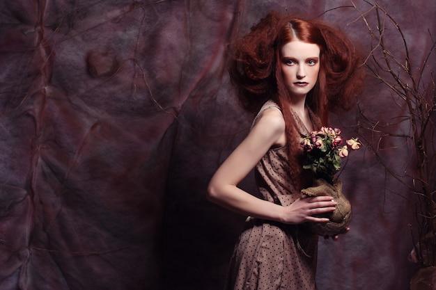 Linda menina com rosas secas